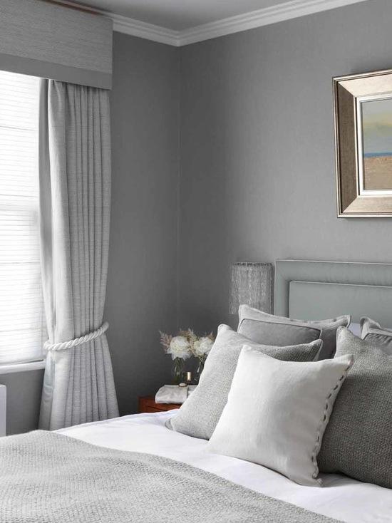 сочетание цвета и материала портьер и текстиля в спальне