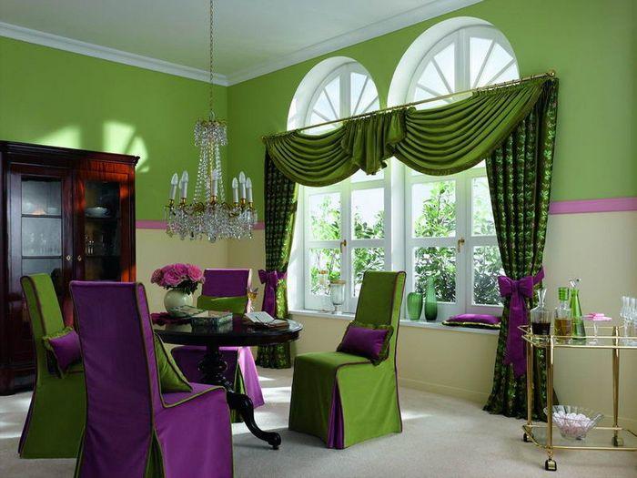 зеленые шторы с ламбрекенами в сочетании с фиолетовой мебелью