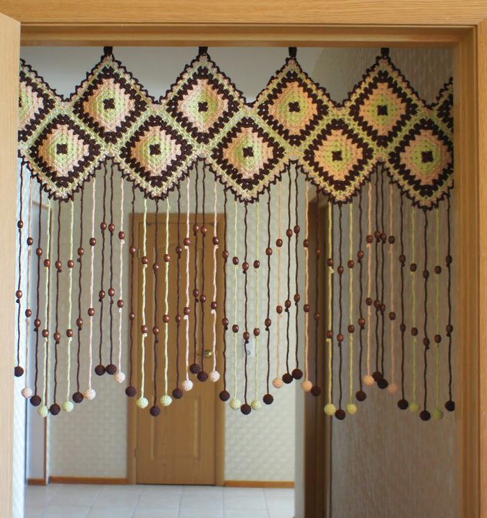 фото вязаных занавесок в дверном проеме