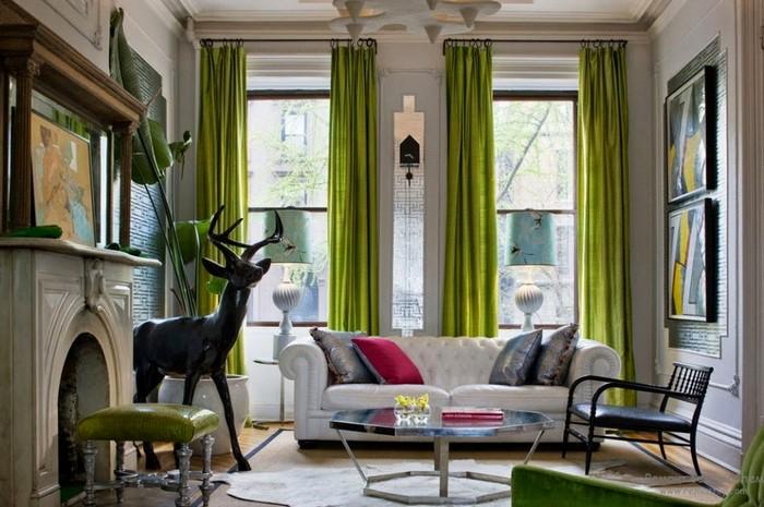 яркий дизайн интерьера с зелеными портьерами