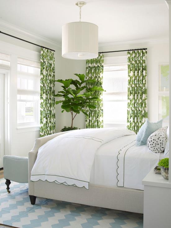 зеленые шторы с орнаментом в белой спальне