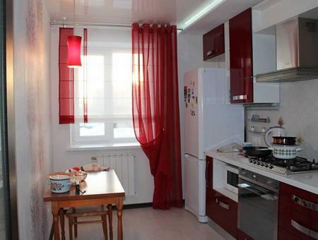 красная гардина на кухне