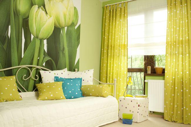 лимонно-желтые шторы в гостиной