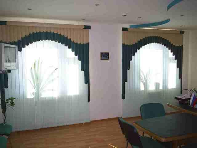 мультифактурные жалюзи в форме арки в офисе