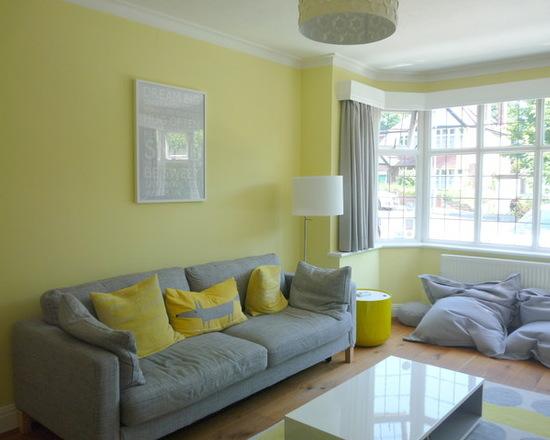 серые шторы под желтые обои