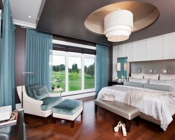 голубые шторы из органзы в современной спальной комнате