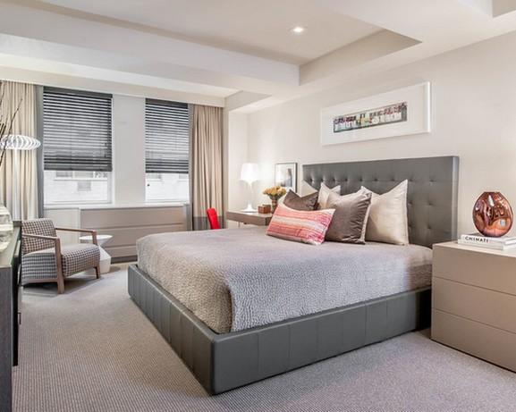 серые жалюзи с бежевыми портьерами в спальне в современном стиле