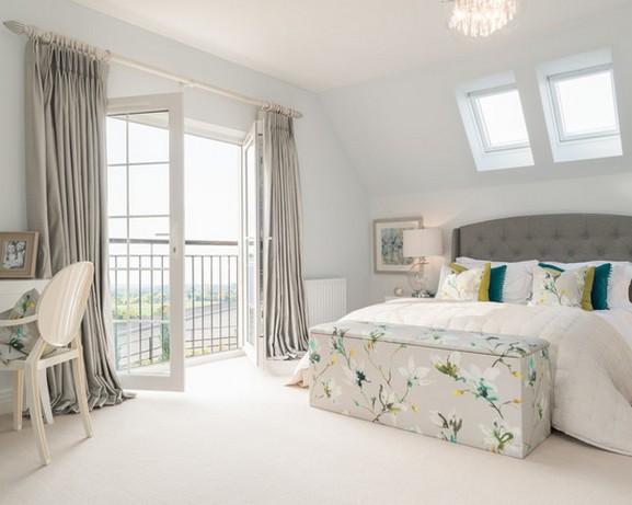 светло-серые портьеры в спальне в современном стиле