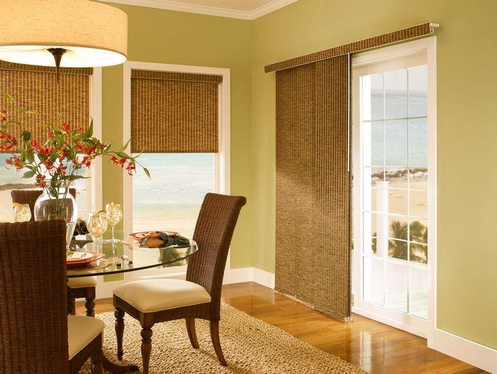 японские шторы из бамбука в гостиной с балконом