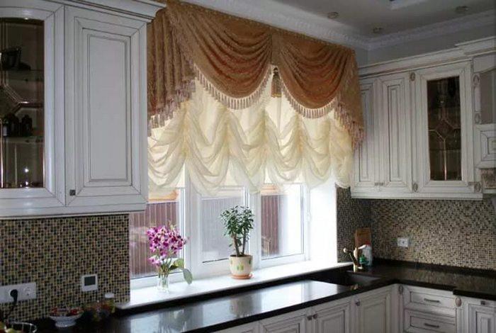 французская штора с ламбрекеном в кухне