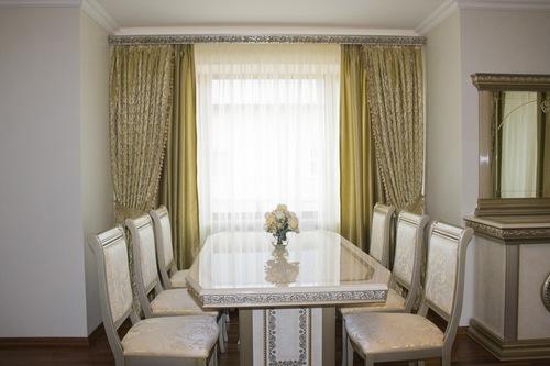 прозрачная гардина и шторы в столовой