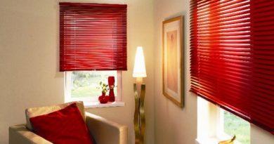 красные горизонтальные жалюзи в гостиной