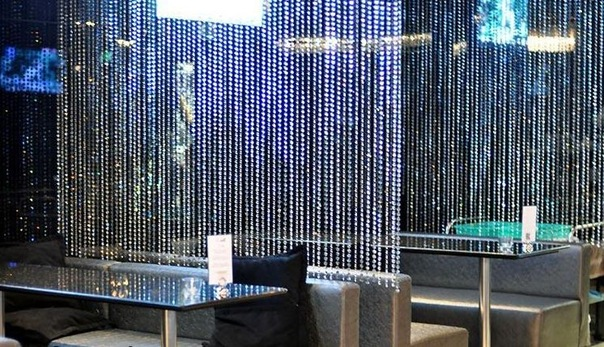 кафе оформлено хрустальными шторами