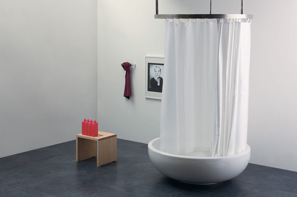 потолочный карниз для ванной посередине комнаты