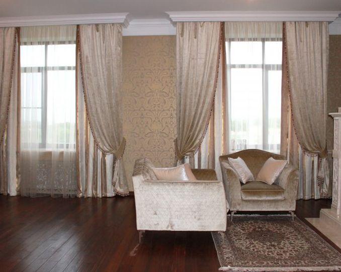 австрийские шторы на два окна в гостиной комнате
