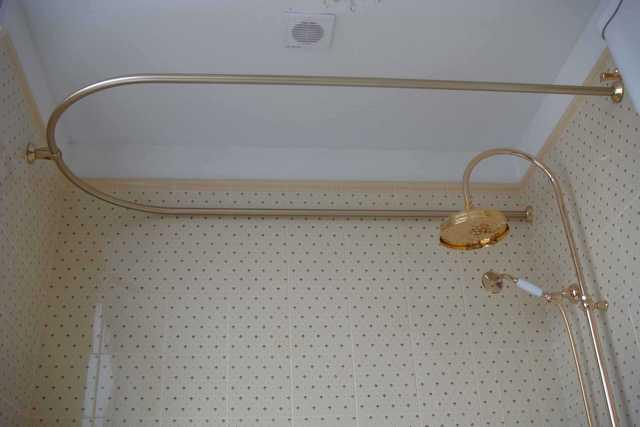 закругленный карниз в ванной комнате