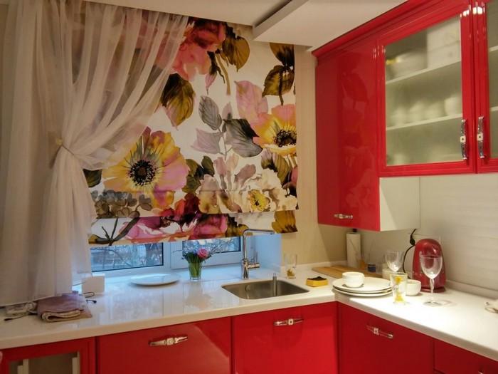 римская штора с рисунком в кухне