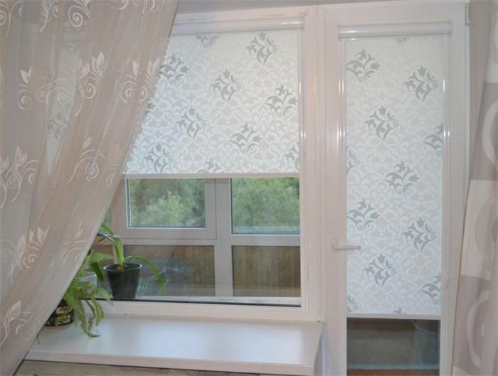 рулонные шторы на кухне с балконной дверью