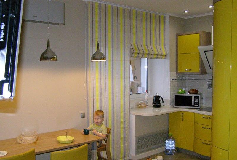 римские занавески в кухне с балконом