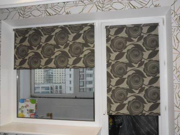 рулонные шторы в кухне с балконом