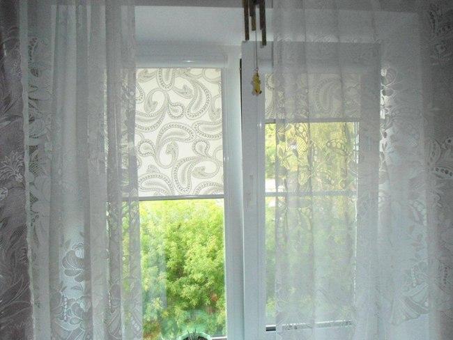сочетание рулонных штор с тюлем