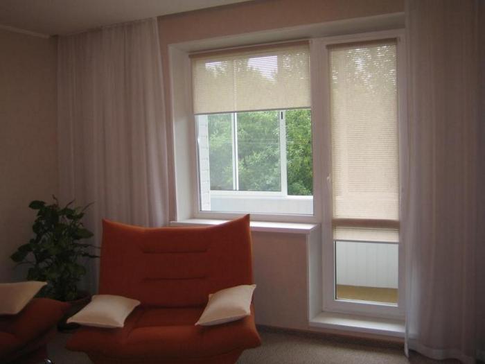 шторы-ролеты для гостиной с балконной дверью
