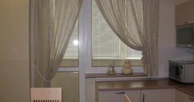шторы в кухне с балконом
