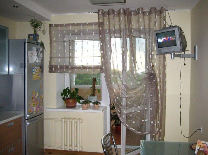 простая и римская штора в кухне с балконом