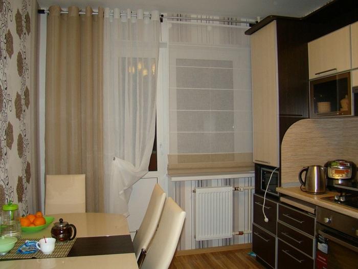римская штора в кухне с балконной дверью