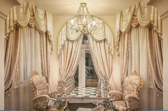 портьеры в стиле барокко для гостиной с балконом