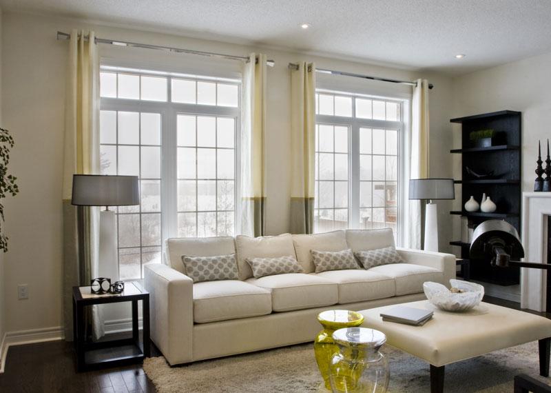 шторы в современном стиле в гостиной с двумя окнами