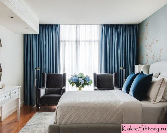 декоративные подушки и шторы для спальни одного цвета
