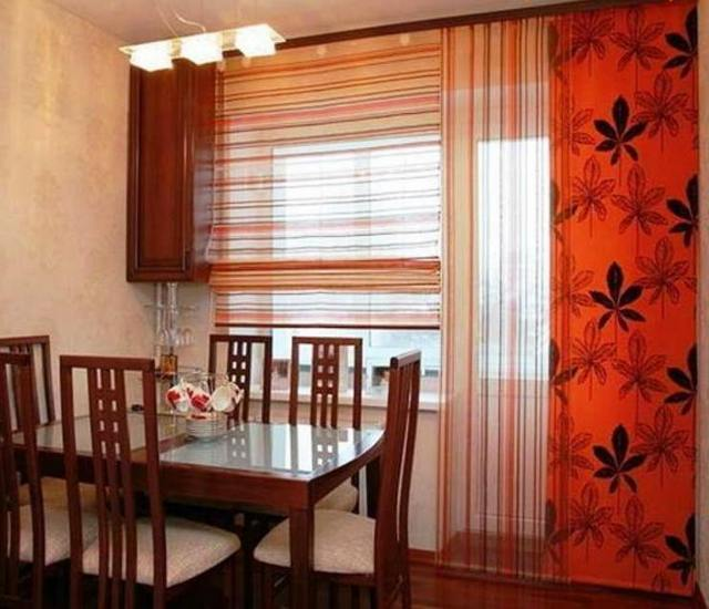 японские шторы в кухне с балконной дверью