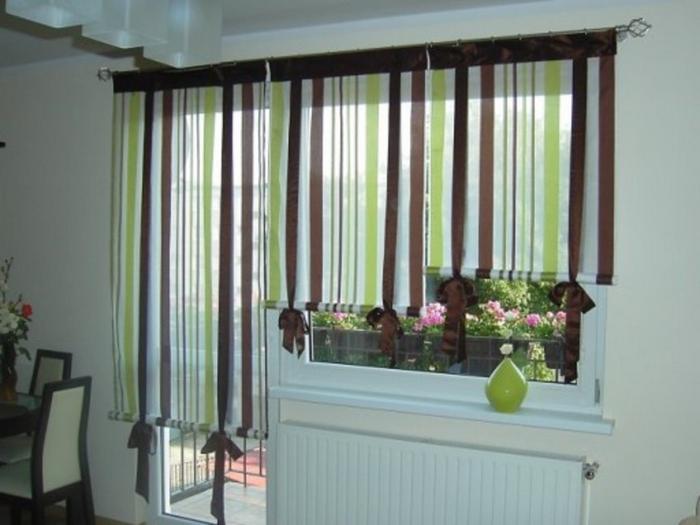 римские шторы на завязках в кухне с балконом