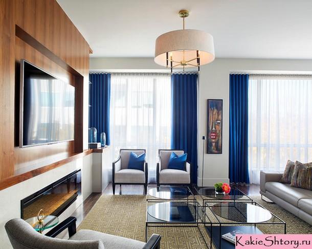 синие шторы в интерьере гостиной комнаты