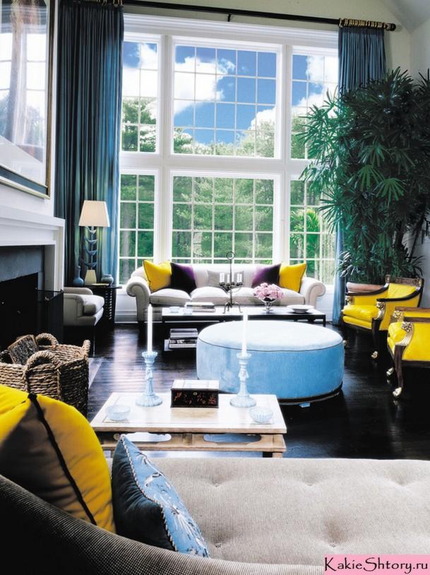 сочетание синих штор с желтой мебелью