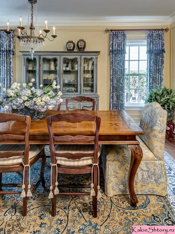 синие шторы с рисунком для гостиной в стиле кантри