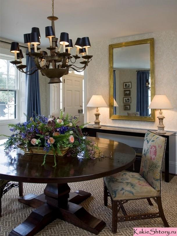 синие портьеры и синяя люстра в столовой