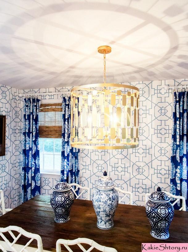 сочетание синих штор с предметами декора