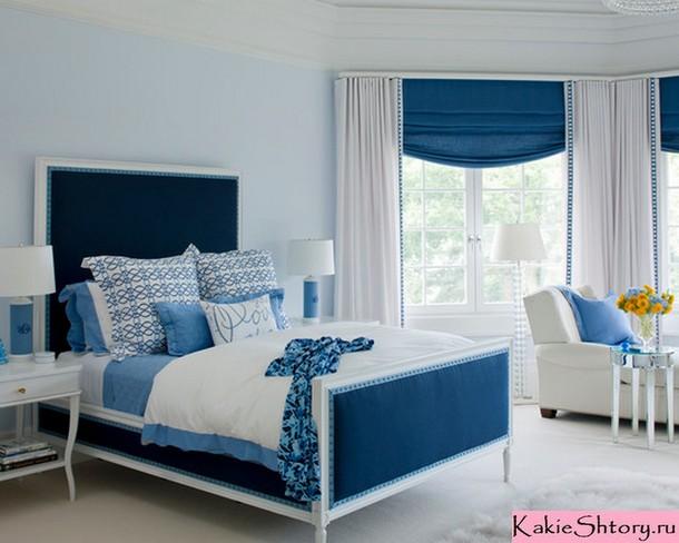 синие шторы под голубые обои