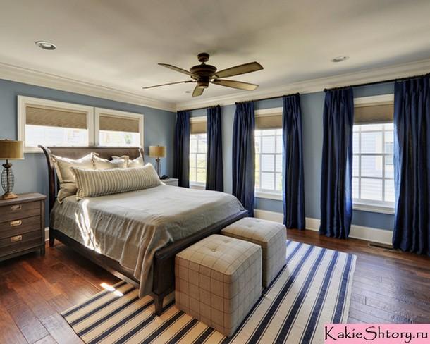 синие портьеры в спальне