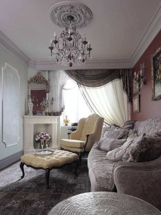 цвет штор с ламбрекенами сочетается с расцветкой мебели