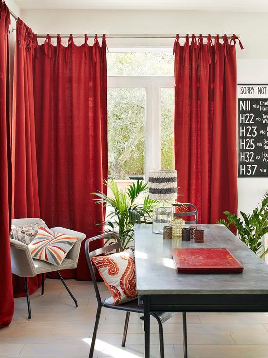 ярко-красные шторы в гостиной