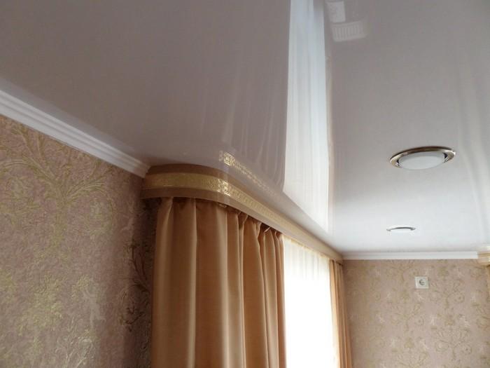 установка настенного карниза с багетом при нятяжных потолках
