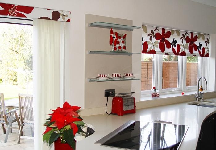 рулонные шторы с рисунком в кухне