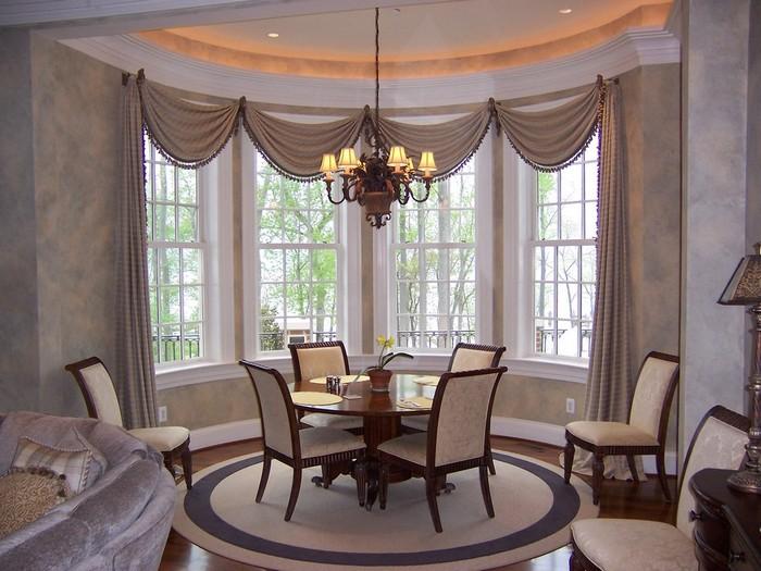 шторы для эркерного окна в столовой-гостиной