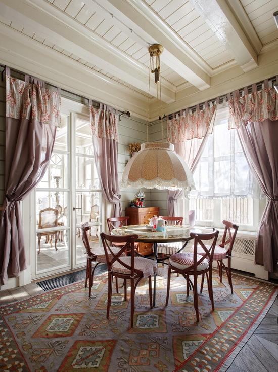 шторы с цветными ламбрекенами в деревенском стиле