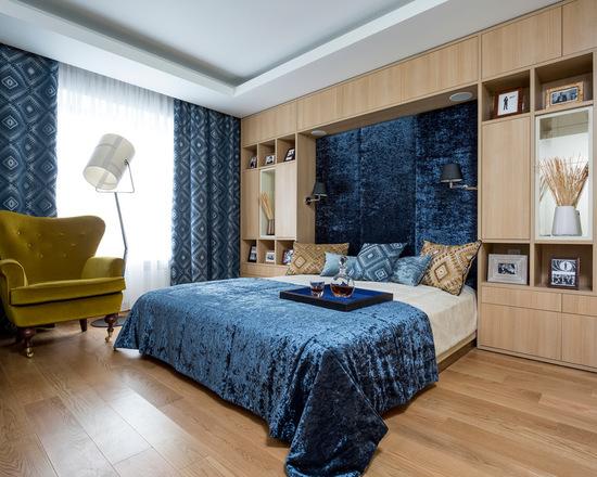 синие портьеры в спальной комнате