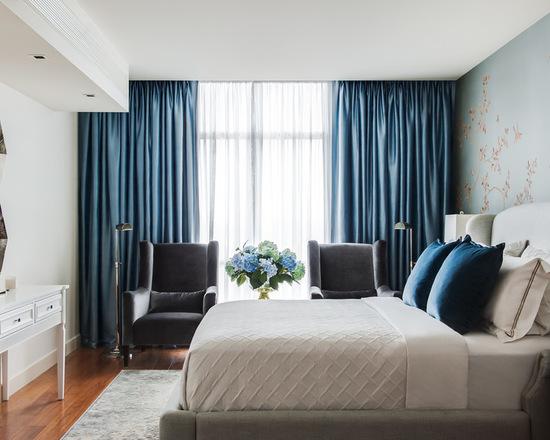 синий цвет портьер в спальне