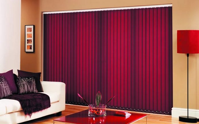 вертикальные жалюзи из ткани в интерьере гостиной